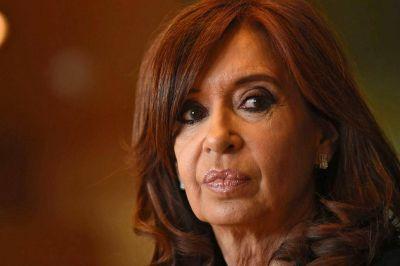 Cristina tiende puentes con el PJ y alienta rumores sobre su candidatura