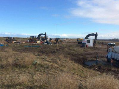 La construcción del parque eólico ya removió un médano en el Campo Cipriano