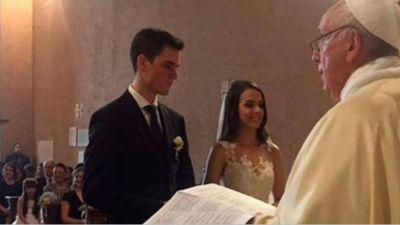 Francisco celebra sorpresivamente la boda de un guardia suizo