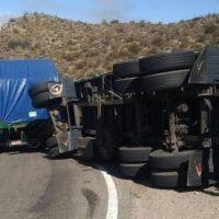 Volcó un camión cargado de paneles solares en Pomán