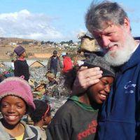 El sacerdote que sacó a medio millón de pobres del basural estará en Mar del Plata