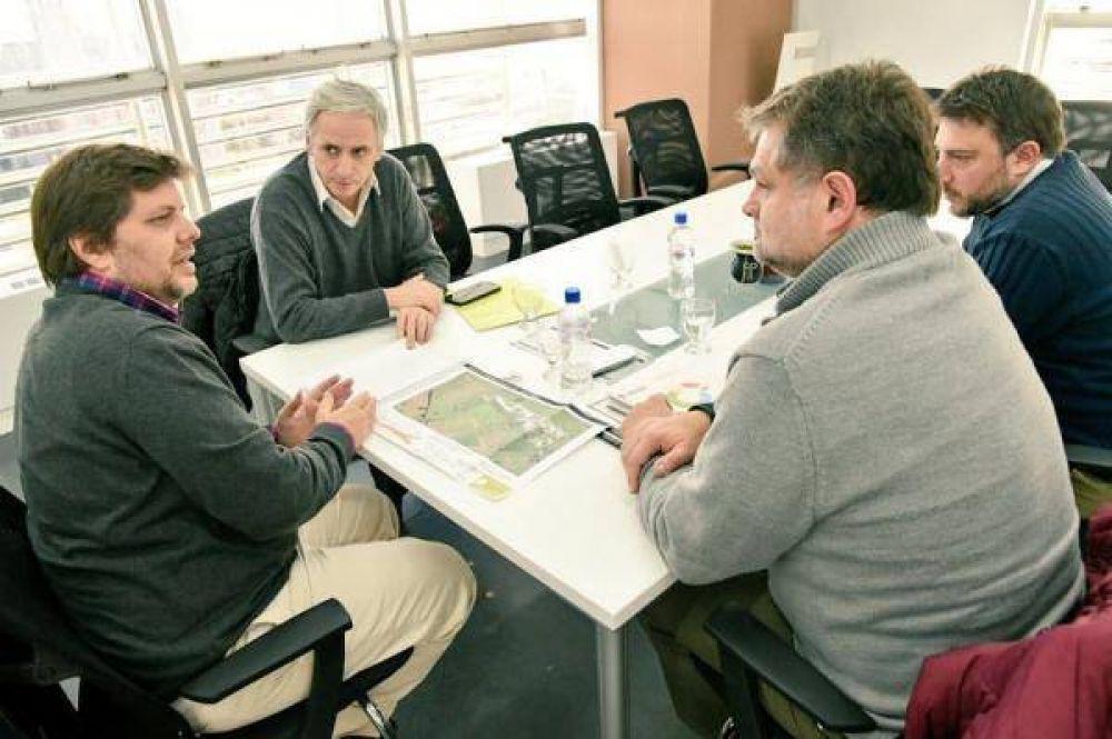 Para lograr saneamiento del basural, Gastón se reunió con representantes de la OPDS