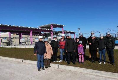 Vecinalistas en instalaciones de la futura estación depuradora cloacal
