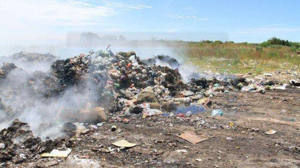 Vecinos de Colonia Avellaneda acorralados por el humo y la basura temen por su salud