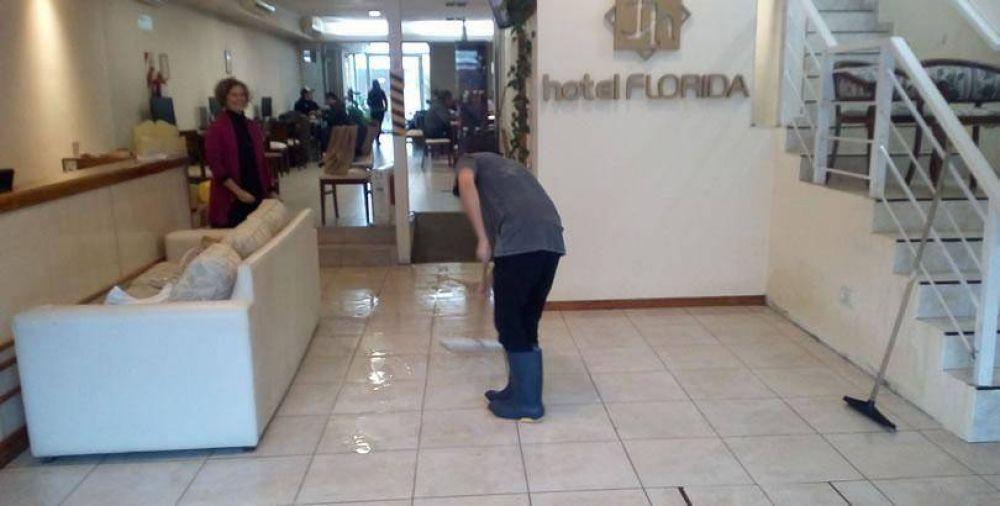 """HOTEL FLORIDA INUNDADO POR LÍQUIDOS CLOACALES: """"ES LA CIUDAD LA QUE QUEDA MAL"""", SEÑALA SU DUEÑA"""