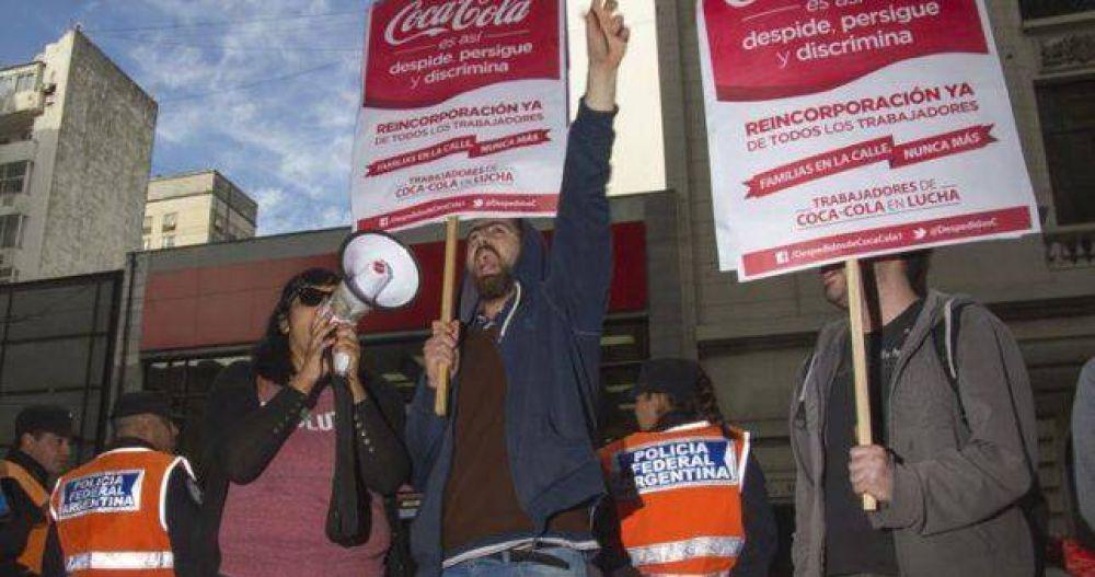 """Denuncian despidos y """"descarte"""" de trabajadores en Coca Cola"""