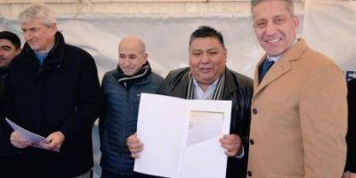 Arcioni encabezó la firma del acuerdo de cesión del área Pampa del Castillo