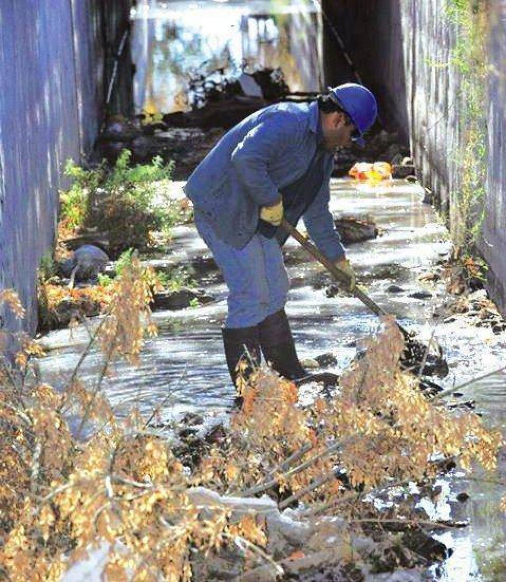 Problema sin solución: la basura en los cauces de riego