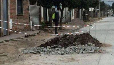 Tuvieron que abrir una docena de pozos en una calle recién pavimentada por problemas cloacales