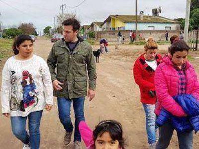 Arturo Rojas salió a tocar timbre a los barrios. Mucha chachara, ayuda NADA
