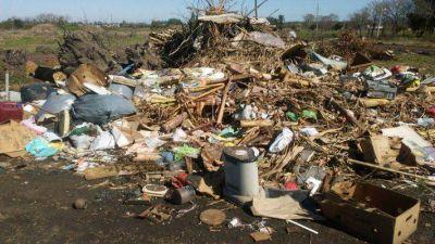 Denuncian que la Municipalidad de Pueblo Belgrano tira basura frente a una escuela