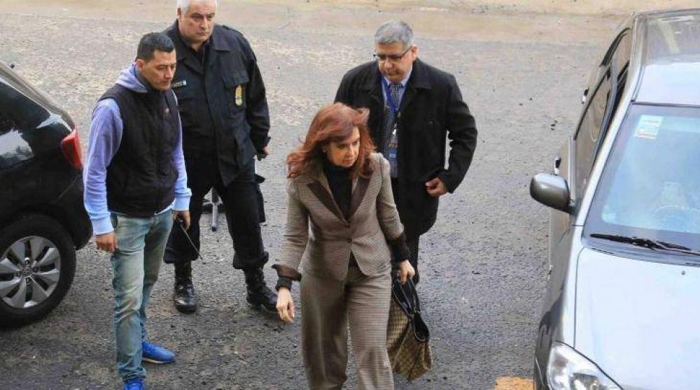 Pijamas, dormitorios y decretos: contraataca una irónica CFK y le responde al arrepentido Romero