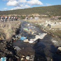 Un basural clandestino contamina un arroyo que desemboca en el Ñireco