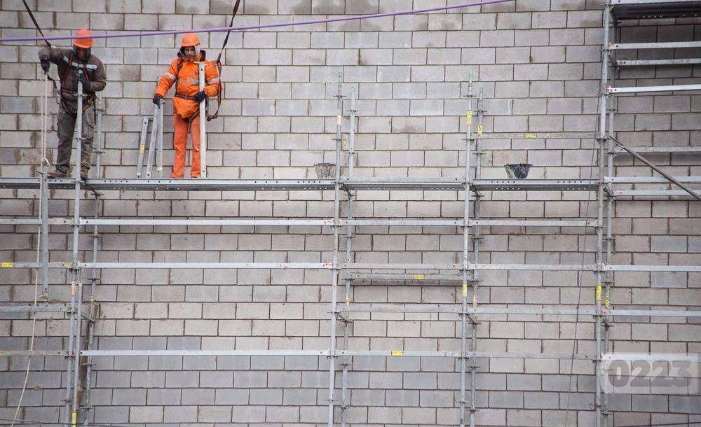 Constructores piden que se elimine un polémico cargo de conexión eléctrica