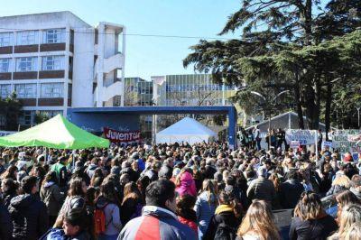 Masivo abrazo a la Universidad en rechazo al recorte presupuestario