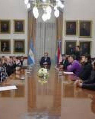 Bordet firmó los contratos de obras para Feliciano y Villaguay