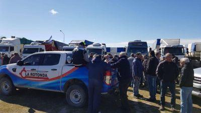 Movilización de transportistas de cargas y acta acuerdo en uno de los accesos al puerto local