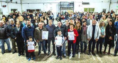 Más de 170 familias recibieron y firmaron sus títulos de propiedad