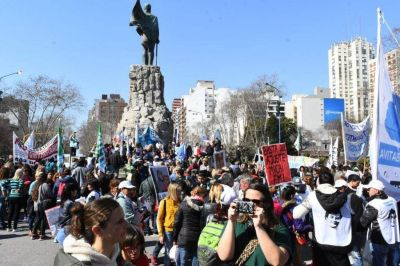 """Masivo reclamo """"en defensa de la educación pública"""""""