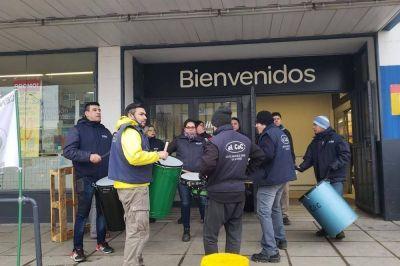 Conflicto en Carrefour: El gremio de comercio levantó la protesta pero sigue cerrado el sector de verdulería