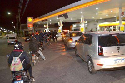Hubo largas colas por la suba de combustibles