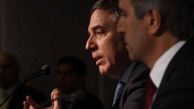 Dujovne al borde de la renuncia entre el incumplimiento con el FMI y un golpe al monotributo