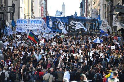 Masiva marcha por la reincorporación de los despedidos de Télam