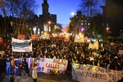 Los estudiantes salieron a la calle en defensa de la educación pública
