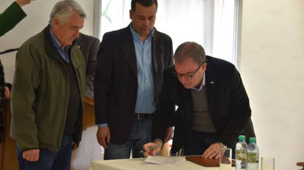 Firman el contrato de obra para la nueva planta cloacal