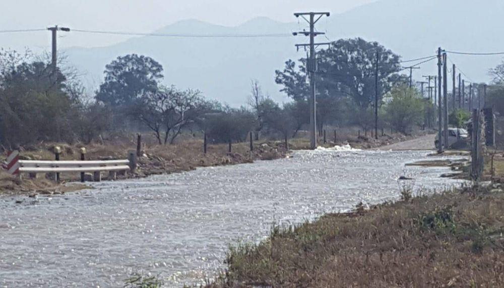 Una ruta se convirtió en un río tras la rotura de cañería de un acueducto de Aguas del Norte