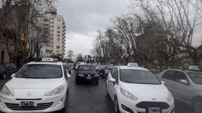 Multitudinaria movilización de taxistas y remiseros en apoyo a Zugazúa