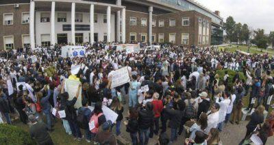 Abrazaron el Hospital Posadas para repudiar los despidos y el vaciamiento