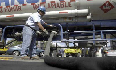 Por la devaluación del peso, se reducen las importaciones de combustibles