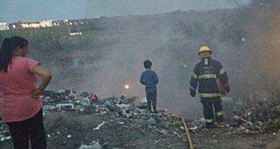 Un incendio en un basural puso en peligro a viviendas precarias
