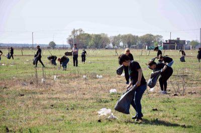 Adiós a las bolsas: voluntarios recogen basura de los baldíos de Villa Mercedes