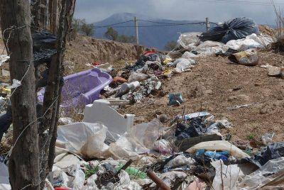 Vecinos de El Mollar viven sin agua potable y con el aire contaminado