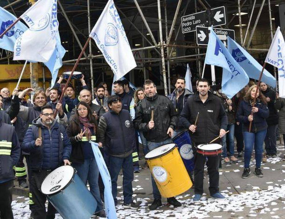 Trabajadores de Foecyt protestaron ante el Correo reclamando reajuste salarial