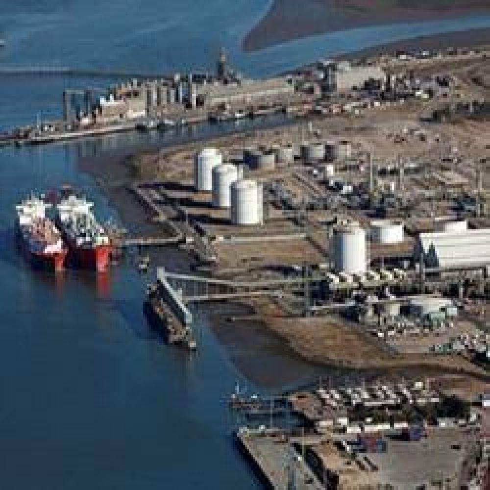 El final de una era: se va el barco regasificador de Bahía Blanca