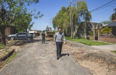 Don Francisco: el Municipio inició la reparación de la calle afectada por el tendido de la red cloacal