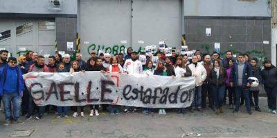 Trabajadores de la firma Gaelle acampan frente a la planta en reclamo del pago de indemnizaciones