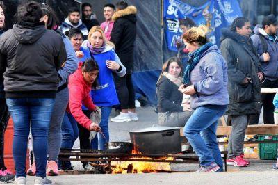 Nuevo acampe frente a la Municipalidad para reclamar que se declare la emergencia social
