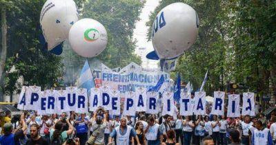 A fuerza de devaluaciones, el salario promedio argentino en dólares ya es más bajo que el de Brasil y el de Chile
