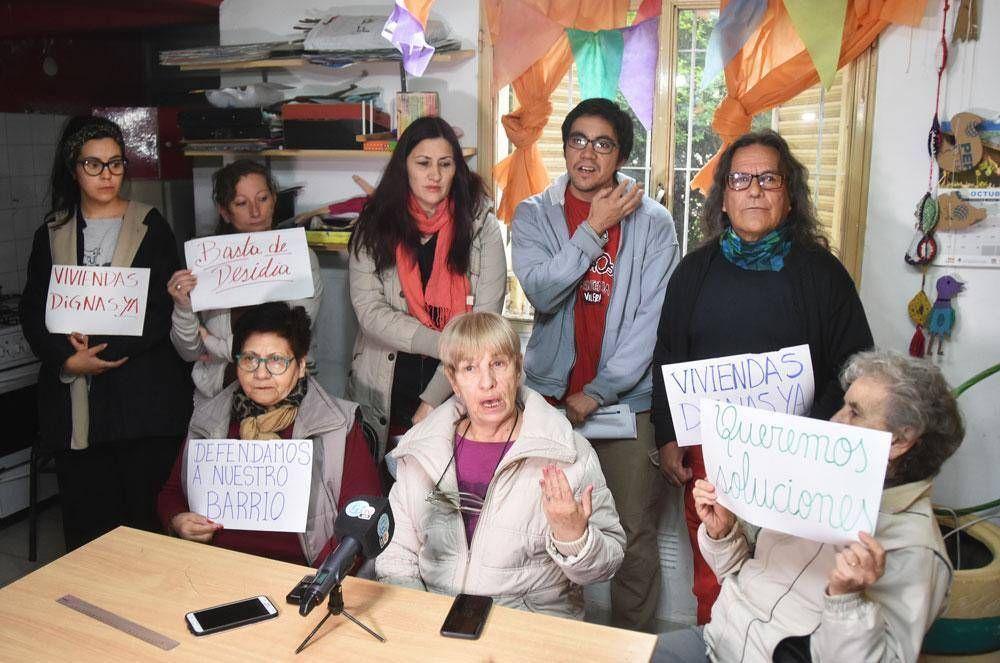 Reclaman por el colapso de cloacas y agua potable en el Barrio Atuel