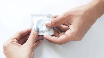 En medio del debate por la educación sexual, la Ciudad se lanza a repartir preservativos en escuelas