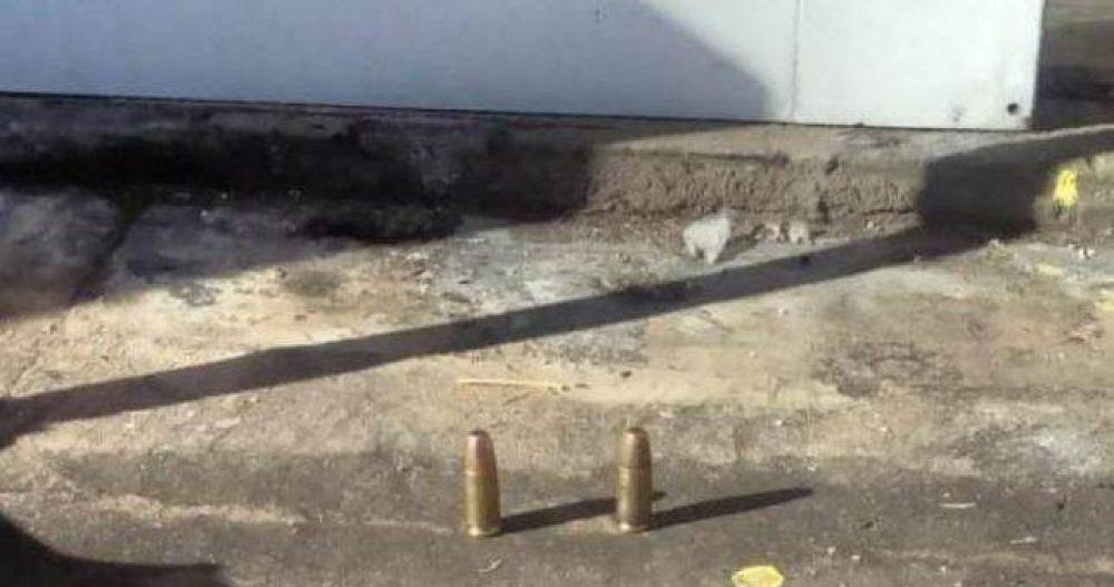 Mensaje mafioso: le dejaron dos balas a los empleados que acampan contra los despidos en el INTI
