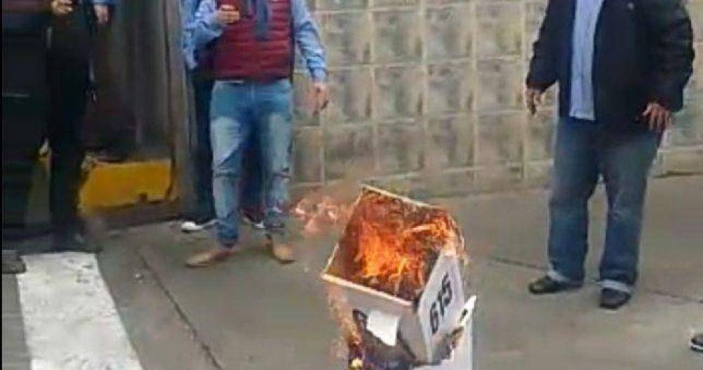 UTA: Fernández se proclamó reelecto y la oposición quemó urnas