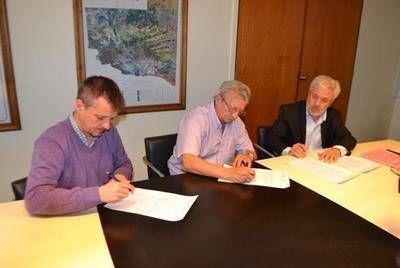 Firmaron convenio para realizar obras de saneamiento