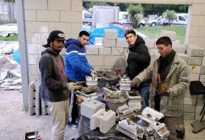 La Escuela de la UOCRA continua capacitando trabajadores sobre bloques cemento
