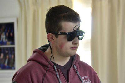 Premian a estudiantes por diseñar anteojos con sensores para no videntes