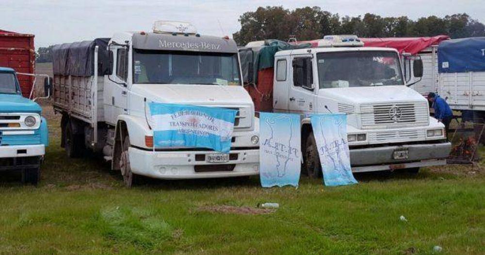 Camioneros paralizan el transporte de granos y hay temor por el impacto en la economía